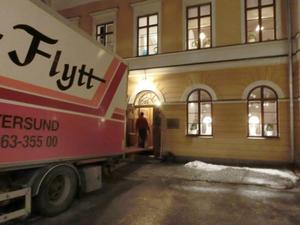 Flyttlasset går från residenset där landshövdingens bostad nyligen har tömts. I Östersund har hon skaffat sig en lägenhet att återvända till vid ledigheter framöver.