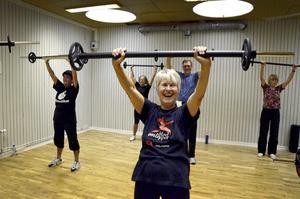 Skratt och styrka. Gun-Britt Karlsson lyfter skrot med ett leende.