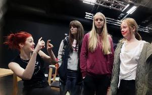 """""""Snygg sminkning vi har, eller hur"""", skämtar Nora Dahlqvist (längst t.v.) med sina klasskamrater efter sin monolog. Foto: Staffan Björklund"""