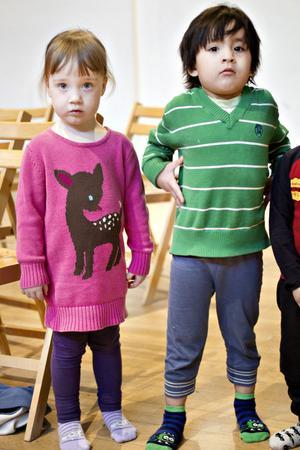 Treåriga Isabell Jensinger och Anthony Olsson från Källö förskola tyckte berättelsen om apan Fin var rolig, men vågade inte riktigt svara på fler frågor. Foto: Annakarin Björnström