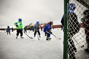 Isbanan vid Ede skola i Delsbo är populär hos barnen.