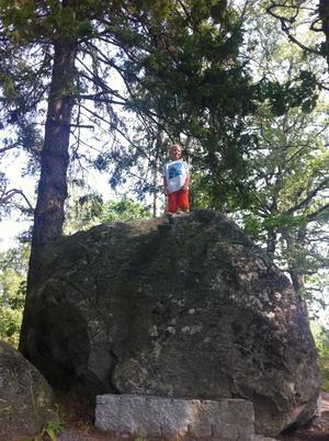 Hannes bergsklättrar på Marholmen.