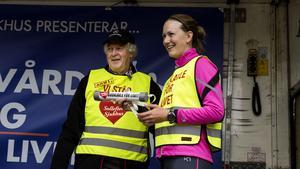 Budkavle för Sollefteå sjukhus: Nils-Gunnar Molin ordförande i föreningen Sollefteå framtidens akutsjukhus och Helena Ekholm som började budkavelns resa.