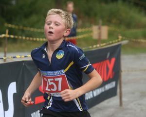 Skogslöparnas Emil Lundström på väg mot mål.