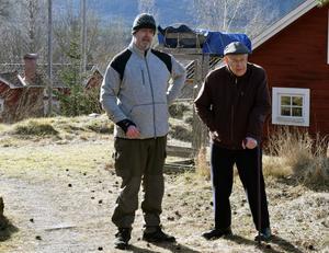 Mikael Matsson, till vänster, från Vansbro drabbades av stroke, men fick inte den hjälp han skulle ha, nu hjälper Bengt Persson, Insjön, honom med att anmäla skadan till Landstingets försäkringsbolag.