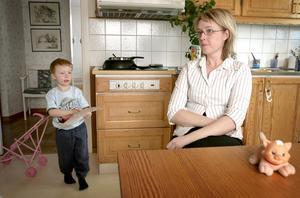"""Magproblem. Erik kan äta två chips av """"fel sort"""" och det visar sig direkt, berättar Karin Berglund. Information om natriumglutamat har hon hittat på internet."""