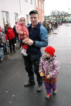 GODIS. I 1,5 timme köade Joakim Lindström innan han kom in med 1,5-åriga Agnes. Hon och syrran Tova, som redan var vaccinerad, fick kexchoklad som belöning.