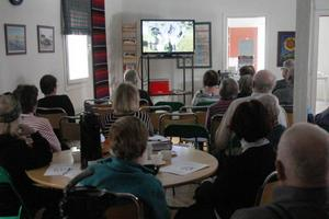 Ett femtiotal besökare satt som klistrade framför Lars-Erik Larssons film