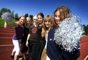 Hejaklack. Skräddarbacksskolan hade t o m en egen hejaklack på plats. Fr v Emma Löf Hedberg, Malin Nygren, Cissi Fredriksson, Sofia Visconti, Rebecka Söderlund och Sonja Swahn.