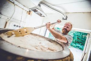 Vörtkok. Peter Lincoln rör om i behållaren där vörten kokas upp. Under timmen det kokas tillsätts humle och andra smaksättare.