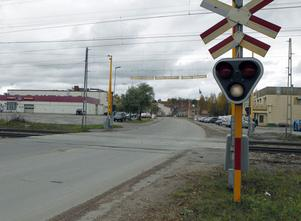 Den nödvändiga planskilda järnvägskorsningen nära OK i Ljusdal kan dröja till efter 2018. Det riskerar att hota eller fördröja utvecklingen av Östernäsområdet, befarar politikerna.