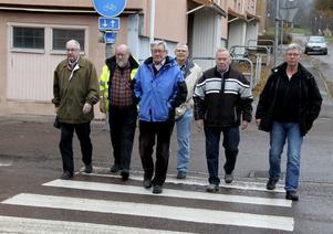 På marsch för ökad trafiksäkerhet bland äldre. Det är Per-Åke Algotsson och Evert Fredriksson, båda från Söderbärke PRO, samt kamraterna i Smedjebacken, Bertil Andersson, Rolf Malm, Kjell Midér och Sune Andersson, här symboliskt på väg över Vasagatan under betryggande former. De hoppas på fullt hus i Folkanbiografen i morgon.