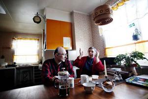 Andrei och Aaza Davödov är överraskade över all hjälp de fått efter artikeln i lördagens ÖP. Den statslösa familjen har levt på dotterns barnbidrag och har ingen el i huset.