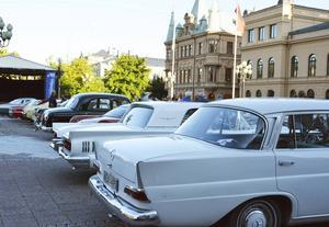 Många veteranbilar hittade till Stora torget under kvällen.