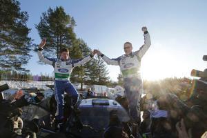 Finlands Jari-Matti Latvala, till höger, jublar med kartläsaren och landsmannen Miika Anttila stående på deras Ford Fiesta RS sedan de gått i mål som segrare i Svenska rallyt.