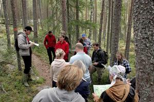 Anders Assis från Ljusdalsbygdens museum ledde de kulturguidningarna som ordnades under dagen. Där berättade han om de kulturlämningar som finns i parken.