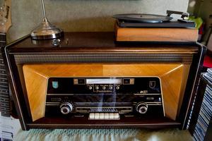 En gammal rörförstärkt Philips radio med inkopplad skivspelare är en av Mikaels favoriter.