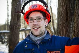 SYSSELSATT. Erik Ehn, Gävle, röjer sly och sågar träd åt Arbetsmarknadsenheten. Sikten längs Österbågen och Upplandsleden ska bli bättre.