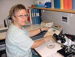 Foto: ULF GRANSTRÖM Sveriges säkraste lab. Gunilla Bergman, biomedicinsk analytiker och ansvarig för laboratoriet i Hofors är glad över utmärkelsen.
