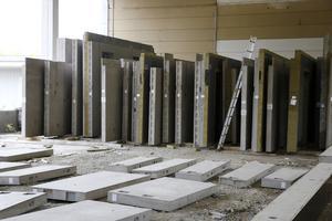De färdiga väggelementen lagras under tak i väntan på att fraktas ut till kunderna.