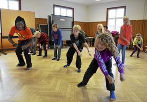Dans från Togo. Att dansa med afrikanska förtecken var nytt för barnen som kom till ungdomshuset Pärlan igår. Men när de kunde hänga upp rörelserna på sysslor som att simma eller gräva hängde de med. Foto: Kerstin Schönström