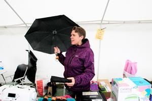Sofia Magnusson sålde paraplyn bland mycket annat. - Jag vet inte hur många jag har sålt. Det är så många att jag tappat räkningen, sa hon.