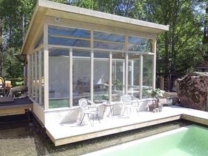 Växthuset vid kanten av poolen pryder sin plats och kan fungera även som uterum.