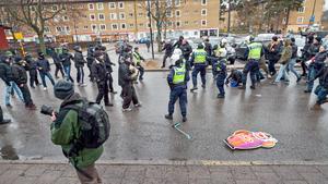 Polis stoppar oroligheter i Stockholmsförorten Kärrtorp på söndagen. Enligt arrangörerna hade mellan 500 och 800 personer samlats för en tillståndsgiven manifestation i protest mot nazistiskt klotter i området då ett 50-tal motdemonstranter, enligt polisen högerextremister, dök upp för att störa tillställningen.