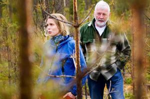 Älgar har betat sönder samtliga tallar på det här hygget, konstaterar Anna Westerlund på Skogsstyrelsen och               Henry Jönsson, en av markägarna. Foto: Håkan Luthman