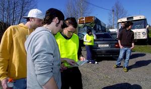 Släkt och vänner. Henrik Andersson, bror till den saknade, kusinen Fredrik Blom och Patrik Södergren, kamrat till 19-åringen deltar i sökandet.