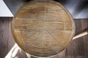 Den fredliga pallen är importerad från Bali av en vän till Lennie som har två stycken i sitt kök.