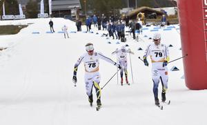 Oskar Andersson och Teodor Peterson i jämn kamp över mållinjen men med Teodors tåspets först.