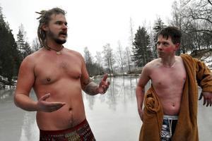 Barndomsvännerna Jim Nyberg och Svante Nyberg tävlade i Skandinaviska mästerskapen i vintersimning i Skellefteå i helgen. Duon har ett sällskap som heter Addicted2Cold, där de publicerar bilder och filmer från sina träningspass.