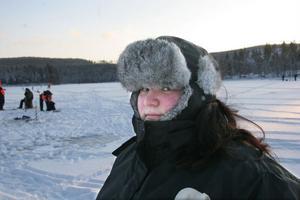 Johanna Glahs, 15 år, från Hybo, tillhörde de tappra som fiskat sedan nio på morgonen. Så var hon välklädd också.