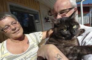 Äntligen hemma igen! Anna-Lisa Hellberg och Kenneth Gustafsson är lika belåtna som katten Vilma.