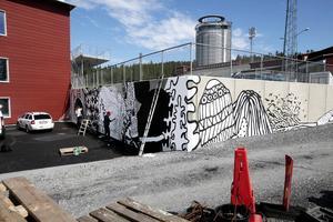 Daniel Götesson, Jonatan Josefsson och NilsKristofersson har smyckat betongrampen vid skidstation med graffiti som hämtat mönster från vinterkläder.