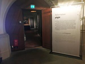 Det var en av montrarna inne på utställningen som männen försökte stjäla ifrån.