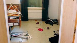 Enligt den utredning som gjordes på psykakuten efter ingripandet framgår att poliserna bad personalen att hålla sig undan och alla fem rusade in i rummet där Sinthu var och stängde dörren.