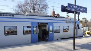Invånarna i Nynäshamns kommun använder ett flertal metoder för att protestera mot de besparingar som slår hårt mot pendeltågstrafiken på Nynäsbanan.