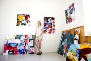 Karin Hesse i sin luftiga ateljé. Hennes tavlor skulle kunna kallas för feministisk konst.