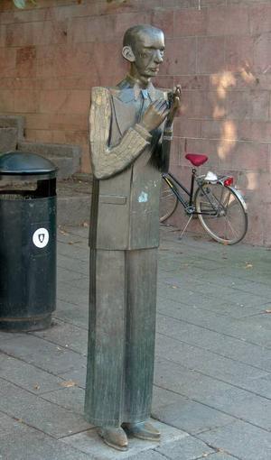 Det finns två berömda statyer av skalden Nils Ferlin och båda har gjorts av K G Bejemark. Den här står vid Klara kyrka i Stockholm.