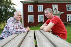 Staffan Iljegård och Håkan Olpers tycker det känns fantastiskt att det har gått så fort att få den nya tekniken till byn.