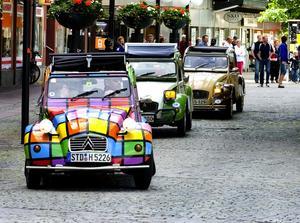 Färgglada bilar. Frågorna under lördagen var lika många som de olika färgerna på bilarna. Foto:Jan Dalevall