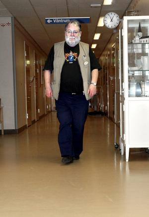 """Distriktsläkaren Per Hajslund ansvarar för de äldre kommuninvånarnas medicinering. Han är glad över att kommunen är bäst i landet på att dela ut få tunga psykmediciner men konstaterar också att: """"Jag har bara gjort så som man ska göra""""."""