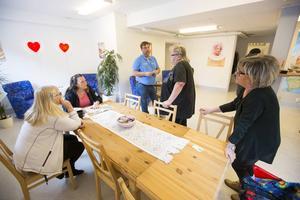 Lasse Wennman lägger upp dagens arbete tillsammans med sina kollegor. Från vänster i bild Lena Eriksson, Jeanette Hallstensson, Kristina Njai och Eva Åkerdahl. Samtliga jobbar på Matakuten genom ett arbetsmarknadsprojekt.