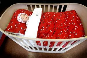 Barnsängen som går att bygga om till en juniorsäng när bebisen är lite större är av märket Leander och kostar 5998. Från Babyproffsen.