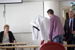 Den misstänkte åklagaren på väg in på häktningsförhandlingar i Borlänge polishus 14 maj.