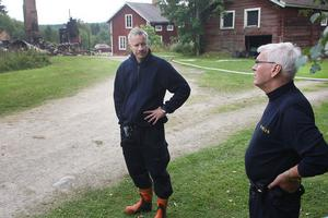 Hudiksvallspoliserna Ernst Lindberg t.v och Peter Dahlberg avslutade sin tekniska undersökning igår eftermiddag. Brandorsaken förblir okänd.