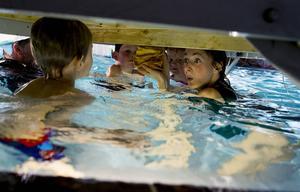 Under bryggan finns skatten. Silla, Joanna Dahlgren hjälper barnen att få en liten del av den.