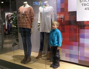 När Viktor tröttnade på mammas shopping så försvann han. Efter en stunds letande hittade mamma Eva honom i skyltfönstret, ståendes alldeles still bredvid skyltdockorna!